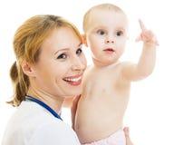 Doctor que detiene a un bebé en sus brazos Imagenes de archivo