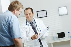 Doctor que dice buenas noticias Imagen de archivo libre de regalías
