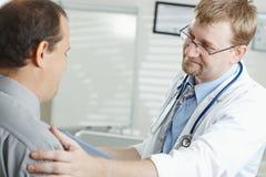 Doctor que dice malas noticias Fotos de archivo