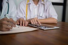 Doctor que discute el tratamiento paciente el personal médico tiene reunión imagenes de archivo