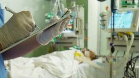 Doctor que escribe la prescripción médica almacen de metraje de vídeo
