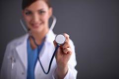 Doctor que escucha con un estetoscopio, primer, foto de archivo libre de regalías