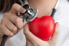 ¡Doctor que escucha el latido del corazón! Foto de archivo libre de regalías