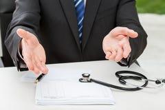 Doctor que espera a un paciente Fotografía de archivo libre de regalías