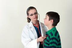 Doctor que evalúa al paciente por el estetoscopio imagen de archivo