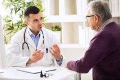 Doctor que habla con el paciente imágenes de archivo libres de regalías