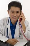 Doctor que habla con el paciente en el teléfono Imágenes de archivo libres de regalías