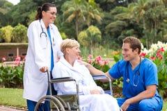 Doctor que habla con la recuperación del paciente Imagen de archivo libre de regalías