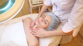 Doctor que hace al paciente del masaje en la tabla metrajes