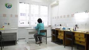 Doctor que hace análisis en el laboratorio almacen de video