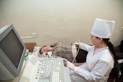 Doctor que hace la investigación del ultrasonido Foto de archivo