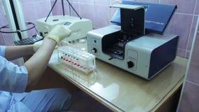 Doctor que hace pruebas de la DNA almacen de metraje de vídeo