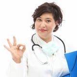 Doctor que indica que está correcto Fotos de archivo