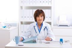 Doctor que invita al teléfono Imagen de archivo libre de regalías