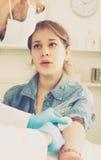 Doctor que inyecta al adolescente Imagenes de archivo
