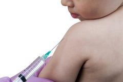 Doctor que inyecta a un niño joven con la vacuna foto de archivo libre de regalías