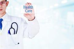 Doctor que lleva a cabo atención sanitaria en concepto visual de la pantalla Fotografía de archivo libre de regalías