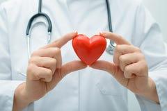 Doctor que lleva a cabo el corazón imagen de archivo libre de regalías
