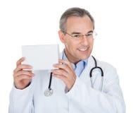 Doctor que lleva a cabo la nota de la prescripción imagenes de archivo