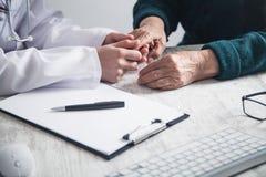 Doctor que lleva a cabo las manos pacientes en hospital Atenci?n a los pacientes fotos de archivo libres de regalías