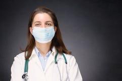 Doctor que lleva la máscara protectora Fotografía de archivo libre de regalías