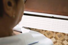Doctor que mira el cardiograma Fotografía de archivo libre de regalías