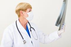 Doctor que mira la radiografía Imagen de archivo libre de regalías