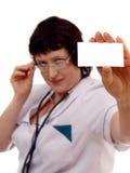 Doctor que muestra la tarjeta en blanco imagenes de archivo