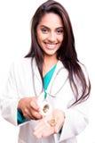 Doctor que muestra píldoras Fotografía de archivo