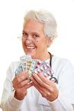 Doctor que muestra píldoras Fotografía de archivo libre de regalías