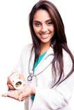 Doctor que muestra píldoras Imagen de archivo