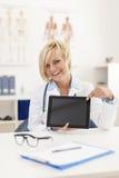 Doctor que muestra resultados en la pantalla digital imagenes de archivo