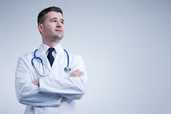 Doctor que parece para arriba de pensamiento o preocupado imagenes de archivo