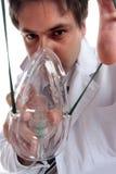 Doctor que pone en máscara de oxígeno Foto de archivo libre de regalías