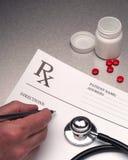 Doctor que pone la prescripción de RX en escrito Fotografía de archivo libre de regalías