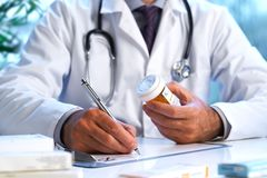 Doctor que pone la prescripción de RX en escrito Fotos de archivo