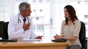 Doctor que pregunta a un paciente acerca de sus síntomas metrajes