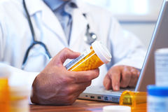 Doctor que prepara la prescripción en línea del Internet Imagen de archivo libre de regalías