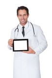 Doctor que presenta la tablilla digital vacía Imágenes de archivo libres de regalías