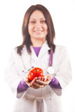 Doctor que presenta una manzana roja Foto de archivo