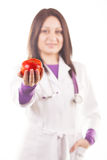 Doctor que presenta una manzana roja Imagenes de archivo