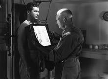 Doctor que radiografía el pecho de los pacientes (todas las personas representadas no son vivas más largo y ningún estado existe  imagen de archivo libre de regalías