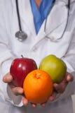 Doctor que recomienda dieta sana Fotos de archivo libres de regalías