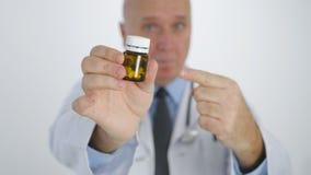 Doctor que señala con el finger que muestra las medicinas que recomiendan el nuevo tratamiento de las píldoras imagen de archivo