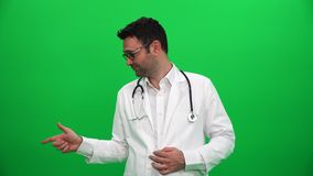 Doctor que señala el finger hasta esquina derecha metrajes