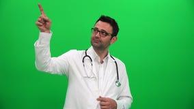 Doctor que señala el finger hasta esquina derecha almacen de metraje de vídeo