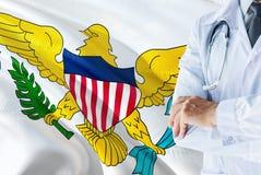 Doctor que se coloca con el estetoscopio en fondo de la bandera de United States Virgin Islands Concepto de sistema sanitario nac imágenes de archivo libres de regalías
