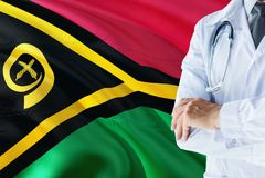 Doctor que se coloca con el estetoscopio en fondo de la bandera de Vanuatu Concepto de sistema sanitario nacional, tema m?dico imagen de archivo