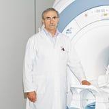 Doctor que se coloca en el tomograph Foto de archivo libre de regalías