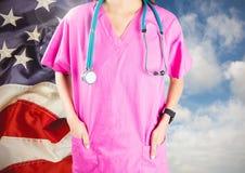 Doctor que se opone a bandera americana Imagen de archivo